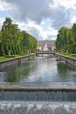 Peterhof, Rusland Een mening van het Grote paleis en de cascade van het Overzeese kanaal Lager park Royalty-vrije Stock Afbeelding