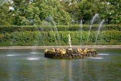 Peterhof, Rusland Fonteinen van Vierkante vijvers in de Hoogste tuin Royalty-vrije Stock Foto