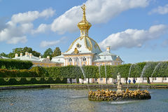 Peterhof, Rusland Fonteinen van Vierkante vijvers tegen de museum Speciale Provisiekamer Hoogste tuin Stock Afbeelding