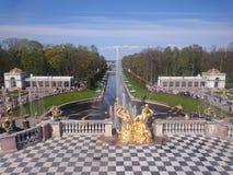 PETERHOF, RUSLAND, Grote cascade in Pertergof, St. Petersburg de grootste fonteinensembles Brede hoeklens en lange expositie stock foto