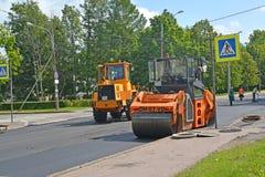 Peterhof, Rusland Het leggen van nieuw asfalt op een rijweg Royalty-vrije Stock Foto