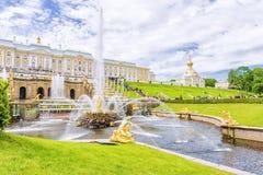PETERHOF, RUSLAND - JUNI 16, 2015: De Grote Cascade in Peterhof, Stock Fotografie