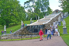 Peterhof, Rusland Mening van de cascade van de Schaakberg in de zomer Royalty-vrije Stock Foto