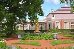 Peterhof, Rusland Mening van de Monplezirsky-tuin en het paleis Monplezir Royalty-vrije Stock Afbeelding