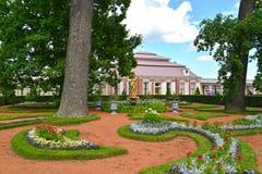 Peterhof, Rusland Mening van de Monplezirsky-tuin en het paleis Monplezir Royalty-vrije Stock Fotografie