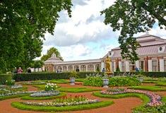 Peterhof, Rusland Mening van de Monplezirsky-tuin en het paleis Monplezir Royalty-vrije Stock Foto