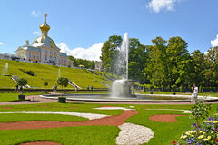 Peterhof, Rusland Mening van de van het Komfontein en museum Speciale Provisiekamer Royalty-vrije Stock Afbeelding