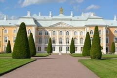 Peterhof, Rusland Mening van het Grote Peterhof-Paleis Hoogste tuin Royalty-vrije Stock Afbeeldingen