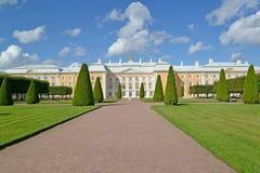 Peterhof, Rusland Mening van het Grote Peterhof-Paleis Hoogste tuin Stock Foto