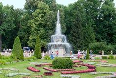 Peterhof Rusland Mensen dichtbij Roman Fountain Royalty-vrije Stock Foto's