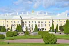 PETERHOF, RUSLAND, 06 SEPTEMBER, 2012 Russische scène: mensen die dichtbij koninklijk Paleis in hoger park van Peterhof lopen Royalty-vrije Stock Afbeelding