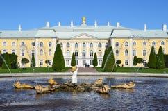 PETERHOF, RUSLAND, 06 SEPTEMBER, 2012 Russische scène: mensen die dichtbij Paleis en fonteinen in hoger park van Peterhof lopen Stock Fotografie