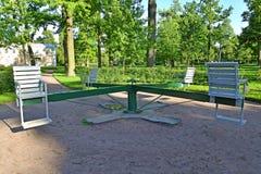 Peterhof, Russia Complesso di legno della rotonda dei giochi relativi alla ginnastica immagine stock