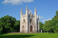 peterhof russia Parkerar gotiska en kapellhelgonAlexanders Nevskys kyrka in Alexandria Royaltyfria Foton