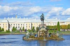 PETERHOF, RUSSIA, 06 SETTEMBRE, 2012 Scena russa: la gente che cammina vicino al palazzo ed alle fontane in parco superiore di Pe Fotografia Stock Libera da Diritti
