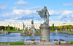 PETERHOF, RUSSIA, 06 SETTEMBRE, 2012 Scena russa: la gente che cammina vicino al palazzo ed alle fontane in parco superiore di Pe Fotografia Stock