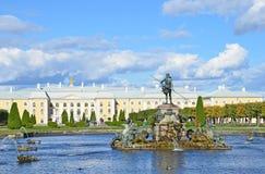 PETERHOF, RUSSIA, 06 SETTEMBRE, 2012 Scena russa: la gente che cammina vicino alle fontane in parco superiore di Peterhof Fotografia Stock