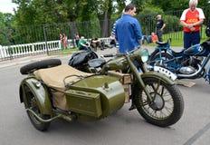 peterhof Russia Stary Radziecki militarny motocykl Ural z frachtu kosztami przy uliczną wystawą Zdjęcie Royalty Free