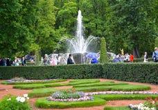 Peterhof, Russia Un angolo del giardino di Monplezirsky con la fontana del covone Fotografia Stock Libera da Diritti