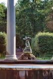 PETERHOF, RUSSIA - 15 08 2008: Un Nympha Aganipa della statua nella cascata del ` s del leone nella parte occidentale del parco p Fotografia Stock
