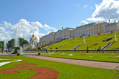 PETERHOF, RUSSIA. View by sight of the Big palace and cascade Royalty Free Stock Photos