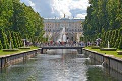 peterhof Russie Une vue du grand palais et de la cascade du canal de mer Photographie stock libre de droits