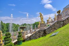 PETERHOF, RUSSIE, vue des fontaines grandes de cascade dans Perterhof, St Petersburg photographie stock libre de droits