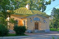 Peterhof, Russland Das Konstantinovsky (das Häuschen des Admirals (das niedrigere karaulka) Lizenzfreies Stockfoto