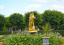 Peterhof, Russland Der Bell-Brunnen im Monplezirsky-Garten Stockfoto