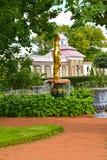 Peterhof, Russland Der Bell-Brunnen im Monplezirsky-Garten Lizenzfreie Stockfotografie