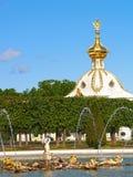 Peterhof, Russland Der Eichenbrunnen und der spezielle Lagerraum im Spitzengarten Stockfoto