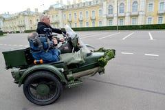 Peterhof, Russland Der Fahrer und die Videooper Stockfoto