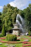 Peterhof, Russland Eine Ansicht des römischen Brunnens und ein Blumenbeet an einem sonnigen Tag des Sommers Stockbild