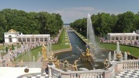 Peterhof, Russland - 4. Juni 2019: Die berühmte Kaskade von Brunnen und von Royal Palace in Peterhof Großartige Kaskade herein stock video