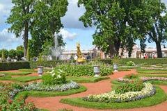 Peterhof, Russland Landschaftsgestaltung im Monplezirsky-Garten Lizenzfreie Stockbilder