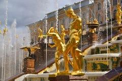 Peterhof Ryssland - Juni 03 2017 Guld- skulpturer av den stora kaskadspringbrunnen Arkivbild