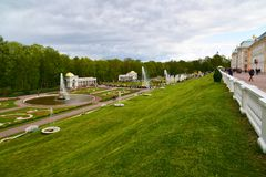Peterhof Ryssland - Juni 03 2017 Sikt av stora stalls med springbrunnar Royaltyfria Foton