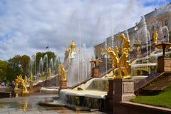 Peterhof Ryssland - Juni 03 2017 Skulpturer av den stora kaskadspringbrunnen Royaltyfri Bild