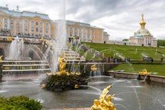 Peterhof Ryssland - Juni 03 2017 Stor kaskadspringbrunn Royaltyfria Foton
