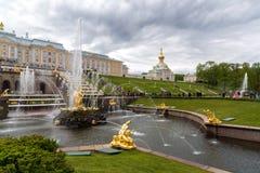 Peterhof Ryssland - Juni 03 2017 Stor kaskadspringbrunn Arkivbilder