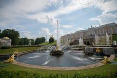 PETERHOF RYSSLAND, storslagen kaskad i Pertergof, St Petersburg fotografering för bildbyråer