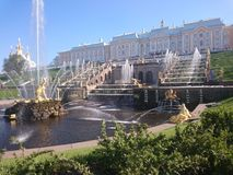 PETERHOF RYSSLAND, storslagen kaskad i Pertergof, St Petersburg de st?rsta springbrunnhelheterna Bred vinkellins och l?ng utl?ggn arkivfoto