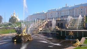 PETERHOF RYSSLAND, storslagen kaskad i Pertergof, St Petersburg de st?rsta springbrunnhelheterna Bred vinkellins och l?ng utl?ggn arkivbild