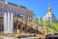 Peterhof slott med den storslagna kaskaden, St Petersburg Arkivbilder