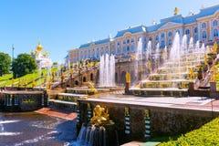 Peterhof slott (Petrodvorets) i St Petersburg, Ryssland Arkivfoton