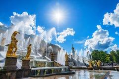 PETERHOF, ST ΠΕΤΡΟΥΠΟΛΗ - 10 ΙΟΥΝΊΟΥ 2015: Μεγάλο παλάτι Peterhof, Ρωσία Στοκ Φωτογραφία