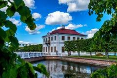 PETERHOF, ST ΠΕΤΡΟΥΠΟΛΗ - 10 ΙΟΥΝΊΟΥ 2015: Παλάτι Marli σε Peterhof, Ρωσία Στοκ Εικόνα