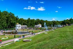 PETERHOF, ST PÉTERSBOURG - 10 JUIN 2015 : Touristes dans Peterhof, Russie Image stock