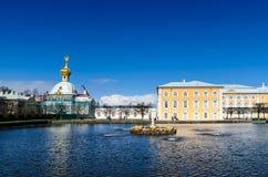 PETERHOF, ST PÉTERSBOURG, RUSSIE - 4 MAI 2015 : Chapelle est flanquant les bâtiments centraux du palais grand de Peterhof avec photographie stock