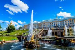 PETERHOF, ST PETERSBURG - JUNI 10, 2015: Groot Paleis van Peterhof, Rusland Stock Foto